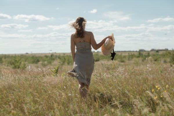 Junge Frau in einem Sommerkleid aus Italienischen Stoffen