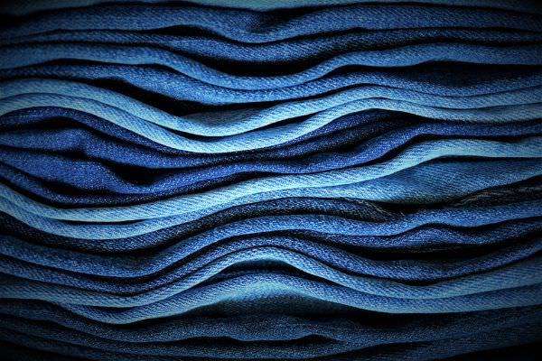 Ein Stapel Jeans in verschiedenen Blautönen
