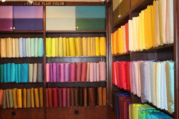 Grenzenlose Auswahl an Farben im Seidenstoff Lager