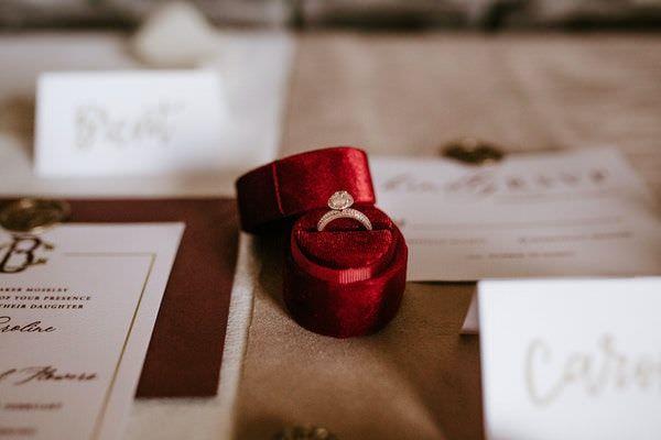 Verlobungsring in einer roten Samtschatulle