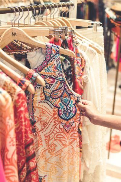 Ein Kleiderständer mit vielen Kleidungsstücken, auch mit Viskose Blusen
