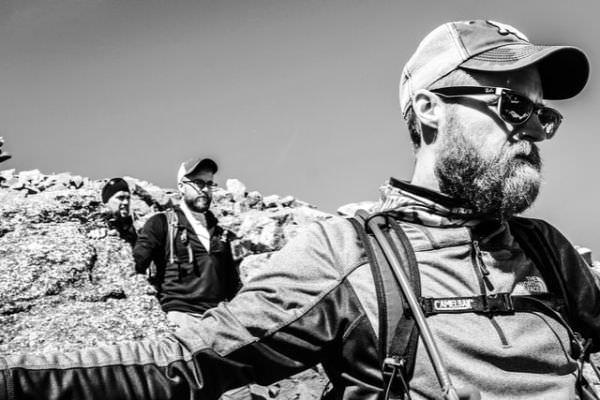 3 Wanderer in Fleecekleidung beim Bergwandern
