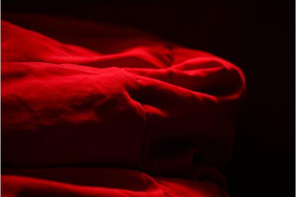 Abstrakte Aufnahme eines roten Nickistoffes.