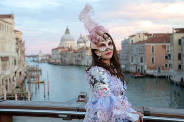Junge Frau in klassischen Venezianischen Karnevalskostümen aus Italienischen Stoffen in Venedig