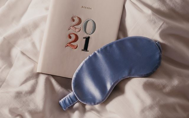 Stoffmaske und Bettwäsche aus Seidensatin